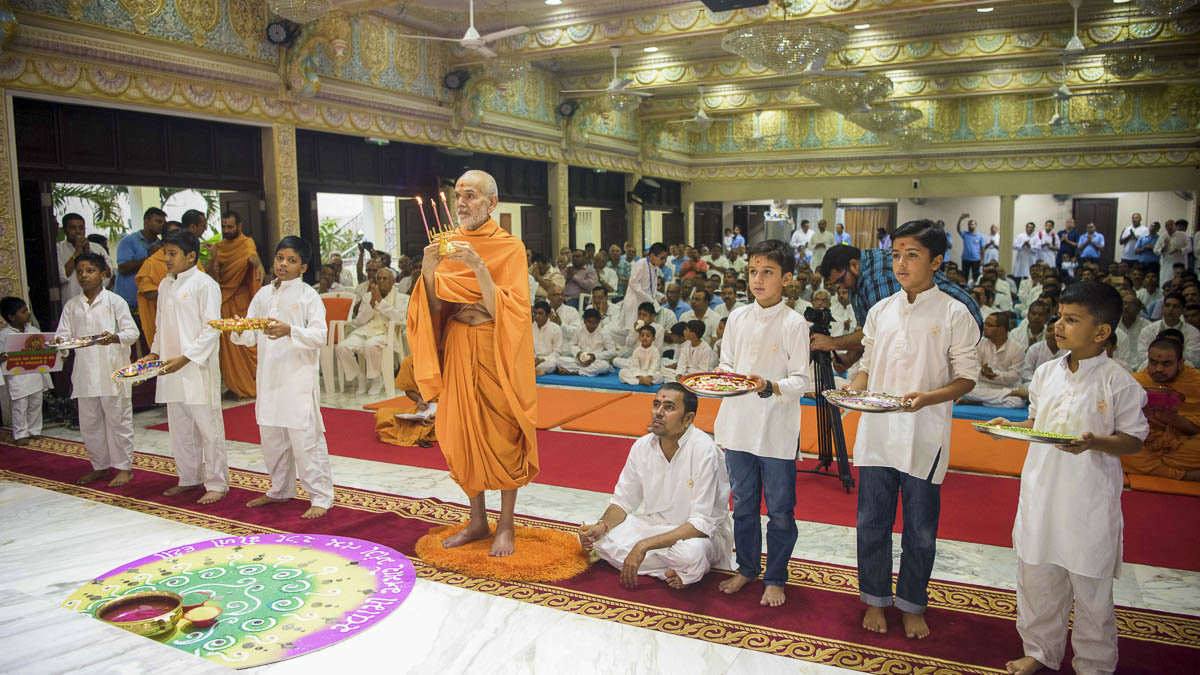 Param Pujya Mahant Swami Maharaj and children perform arti, 1 Apr 2017