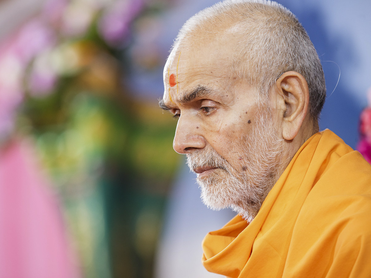 Param Pujya Mahant Swami Maharaj performs his morning puja, 1 Apr 2017