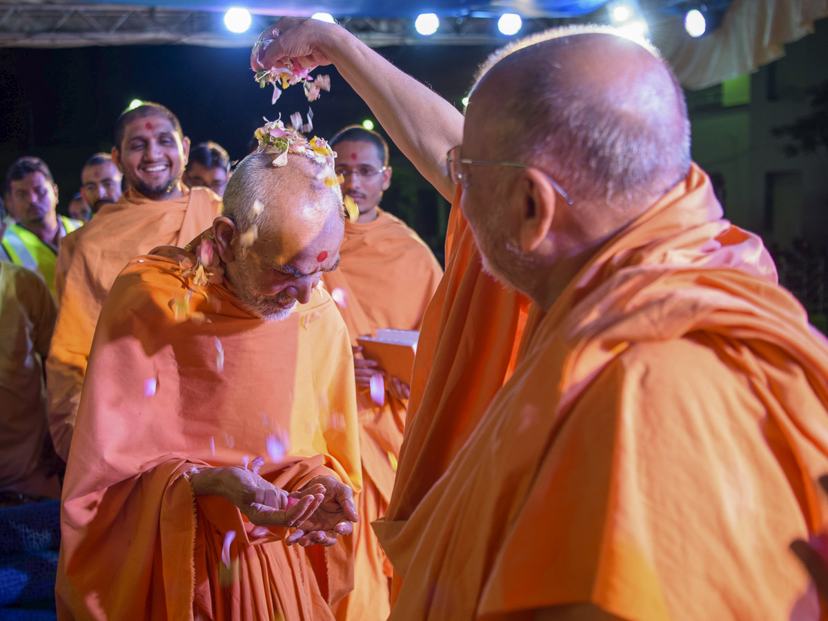Pujya Ishwarcharan Swami showers flower petals on Swamishri, 1 Apr 2017