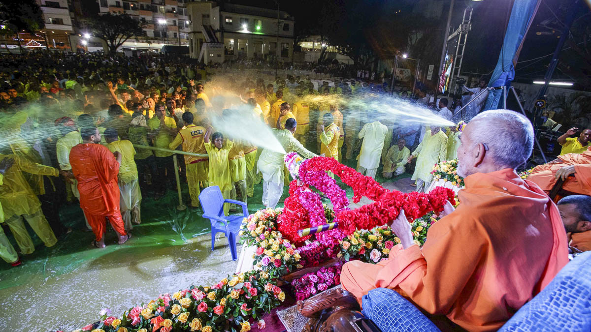 Swamishri showers sanctified saffron-scented water on devotees, 1 Apr 2017