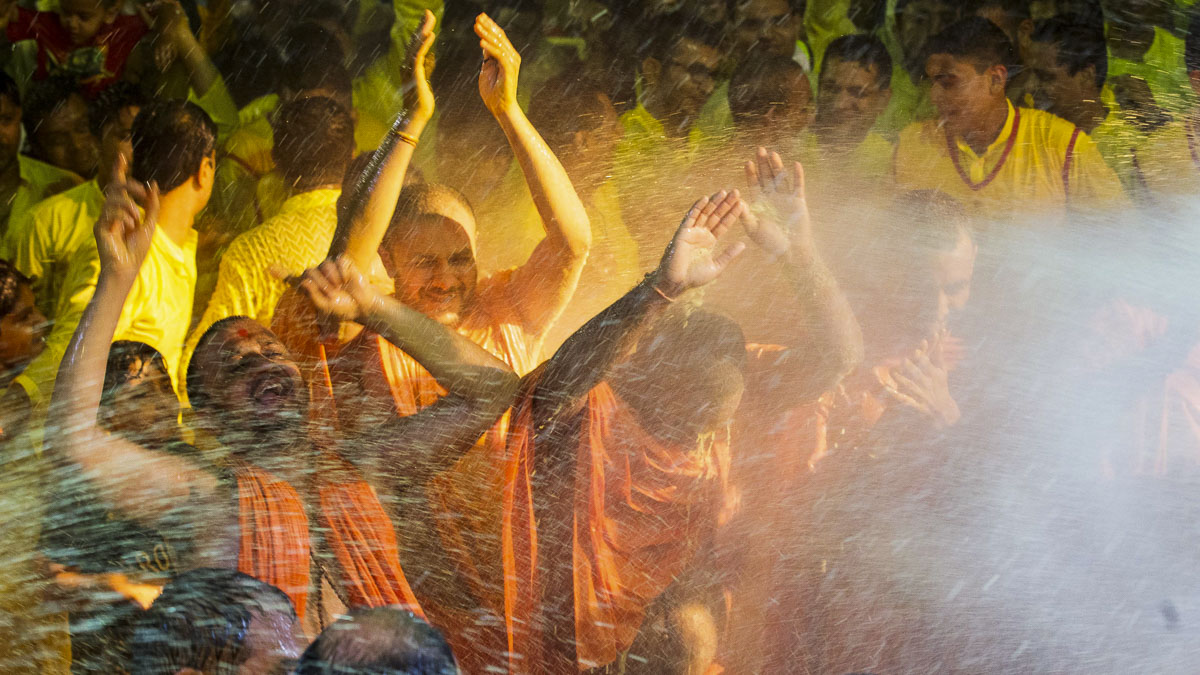Sadhus rejoice before Swamishri, 1 Apr 2017