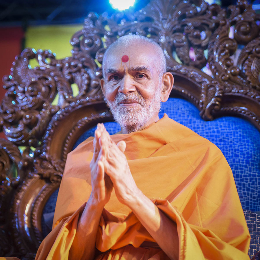 Swamishri greets devotees with 'Jai Swaminarayan', 1 Apr 2017