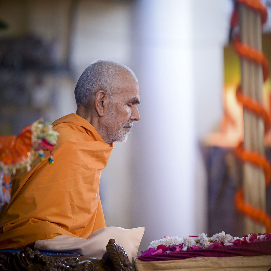 Param Pujya Mahant Swami Maharaj performs his morning puja, 2 Apr 2017