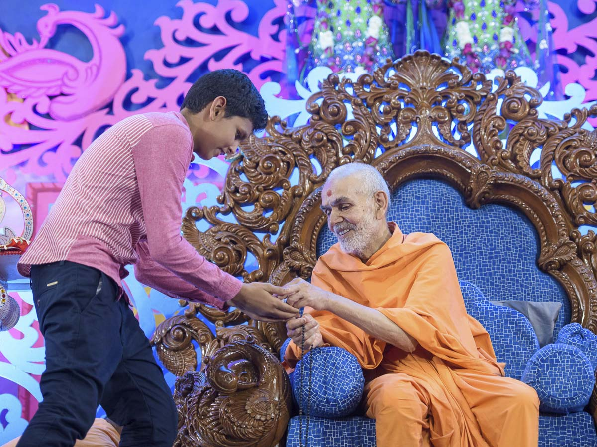 Swamishri blesses a child, 2 Apr 2017