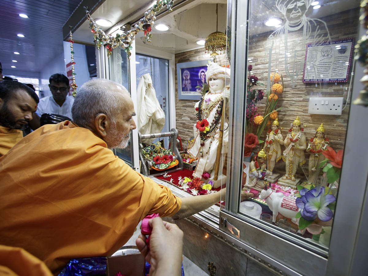 Swamishri engrossed in darshan at Shri Jalaram Mandir, 2 Apr 2017