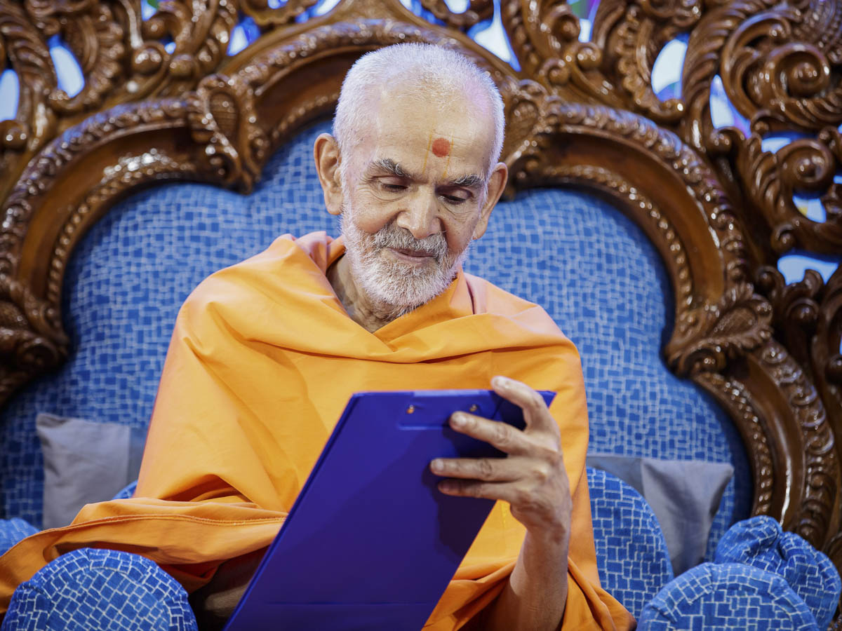 Swamishri writes blessings, 2 Apr 2017