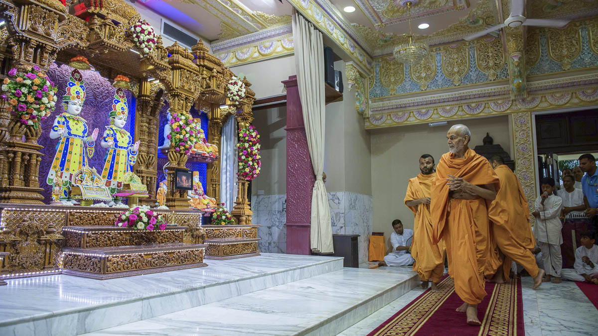 Param Pujya Mahant Swami Maharaj engrossed in darshan of Thakorji, 3 Apr 2017