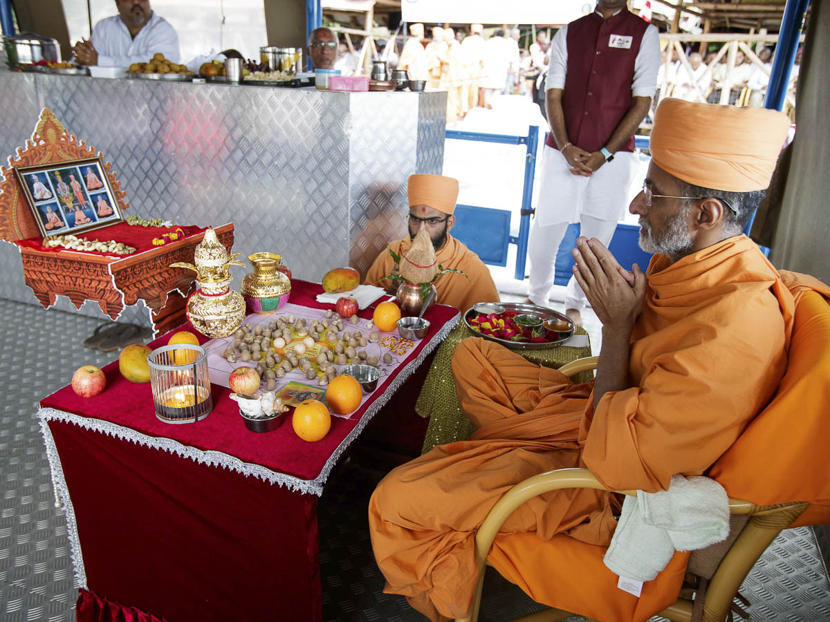 Priyavrat Swami performs the mahapuja rituals