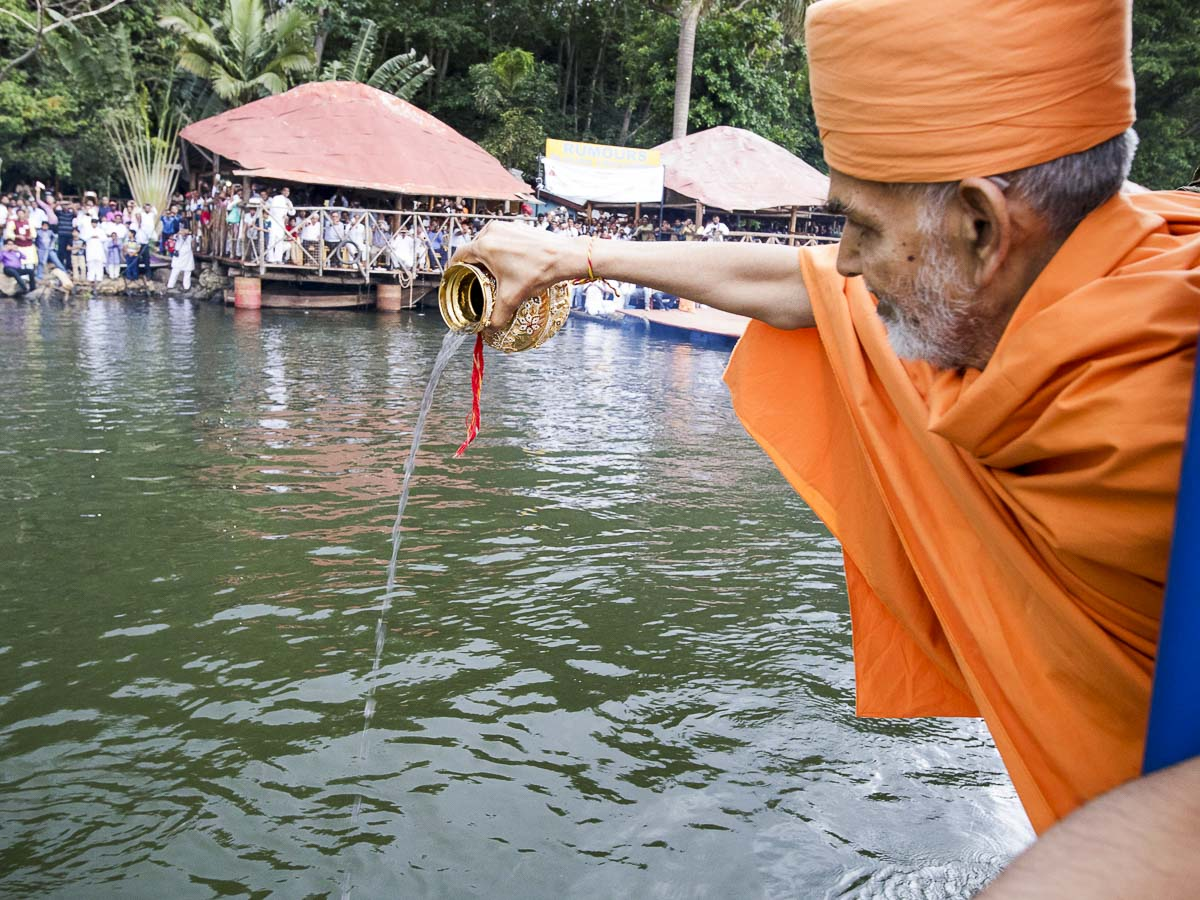 Swamishri disperses the asthipushpa of HH Pramukh Swami Maharaj in the River Nile