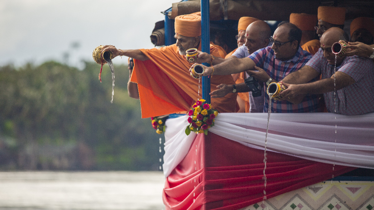 Swamishri and devotees disperse the asthipushpa of HH Pramukh Swami Maharaj in the River Nile