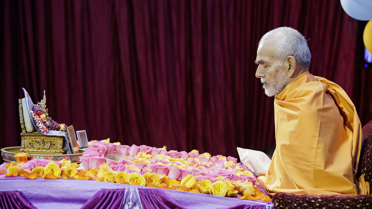 Param Pujya Mahant Swami Maharaj performs his morning puja, 7 Apr 2017
