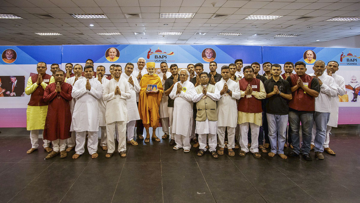Devotees with Swamishri, 7 Apr 2017