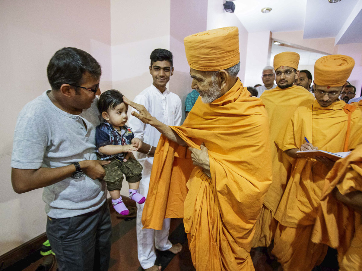 Swamishri blesses a child, 7 Apr 2017