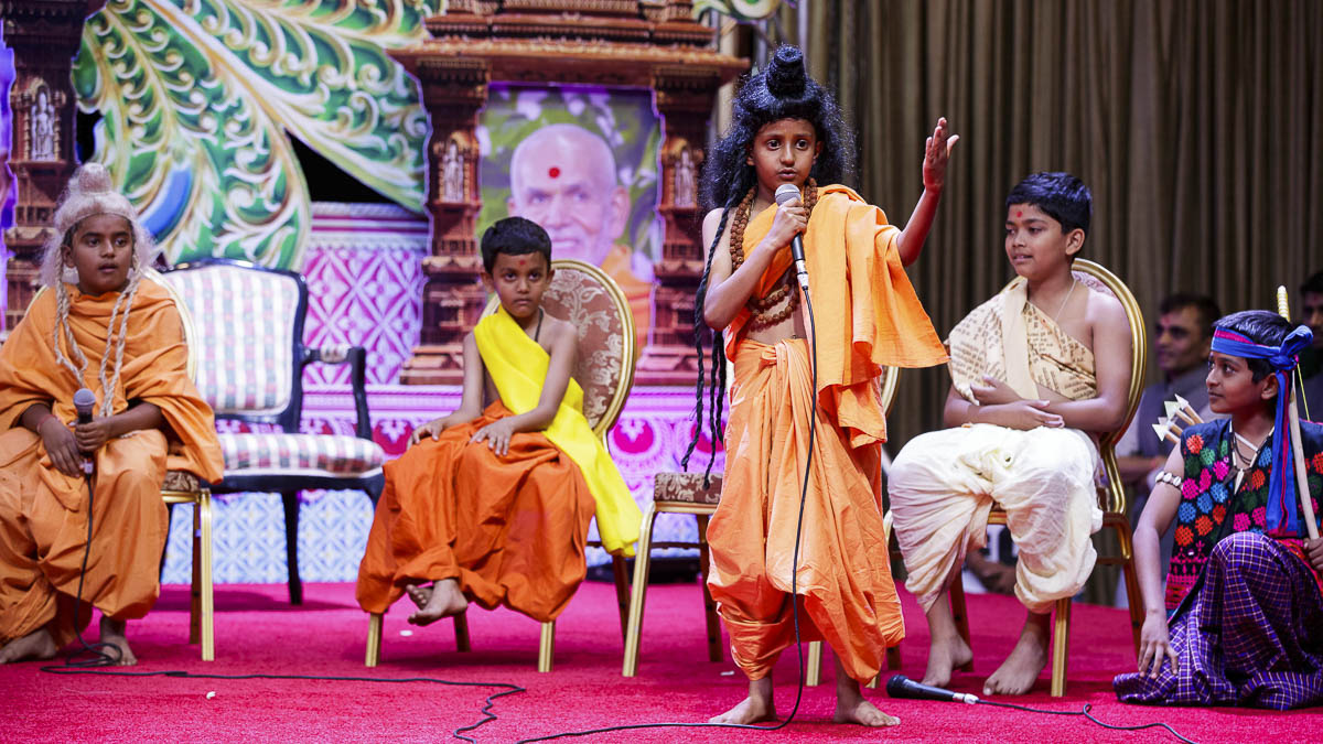 Children perform a skit before Swamishri, 7 Apr 2017