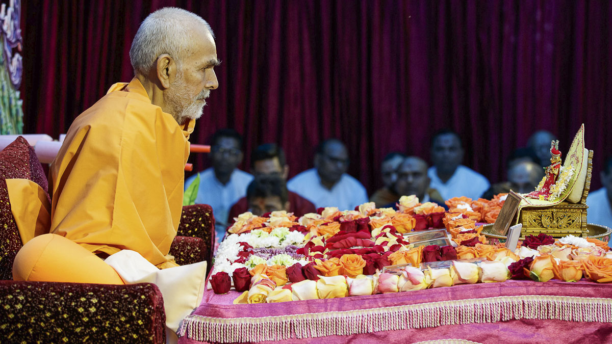 Param Pujya Mahant Swami Maharaj performs his morning puja, 8 Apr 2017