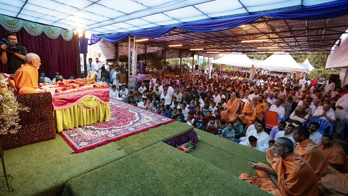 Devotees doing Swamishri's puja darshan, 8 Apr 2017