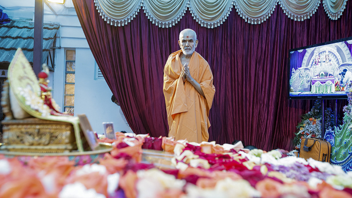 Swamishri performs his morning puja, 8 Apr 2017