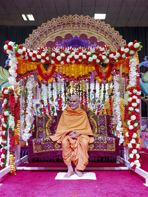 Swamishri during the assembly, 8 Apr 2017