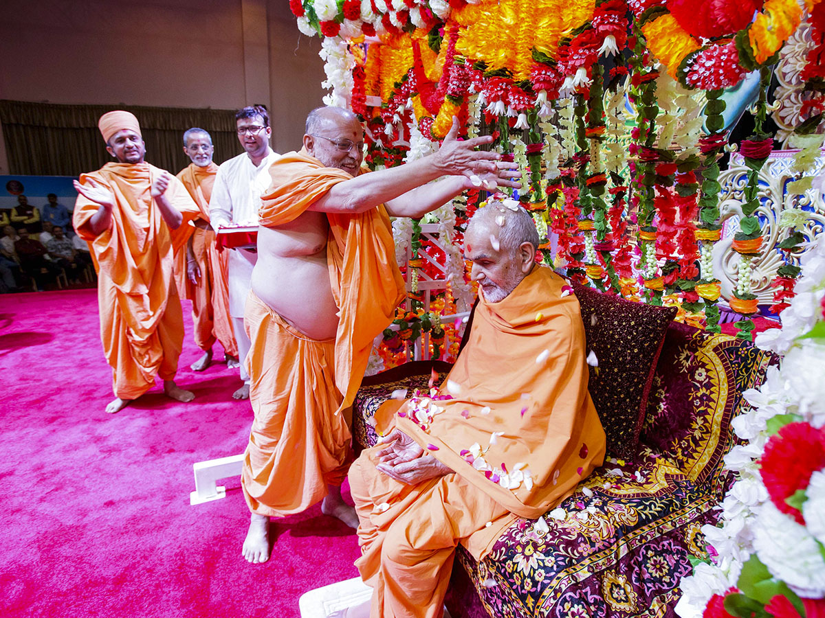 Pujya Ishwarcharan Swami showers flower petals on Swamishri, 8 Apr 2017