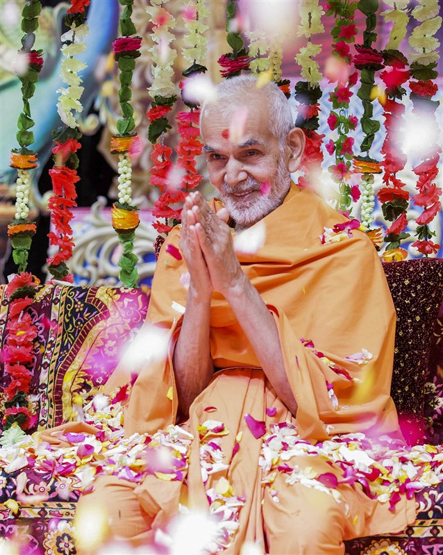 Swamishri greets devotees with 'Jai Swaminarayan', 8 Apr 2017