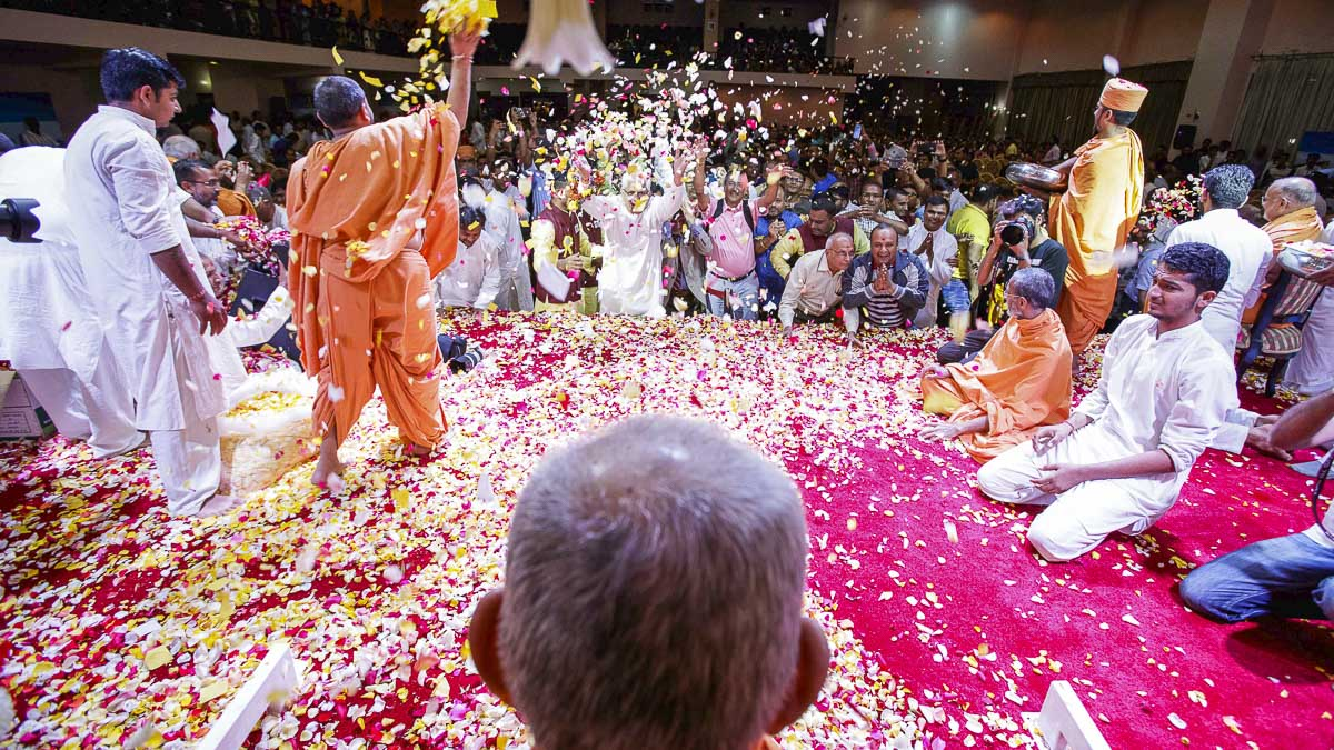 Devotees shower flower petals on Swamishri, 8 Apr 2017