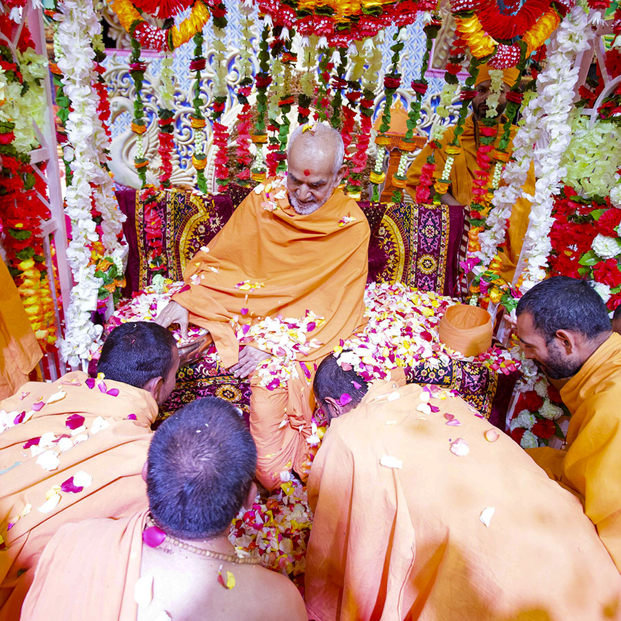 Swamishri showers flower petals on sadhus, 8 Apr 2017