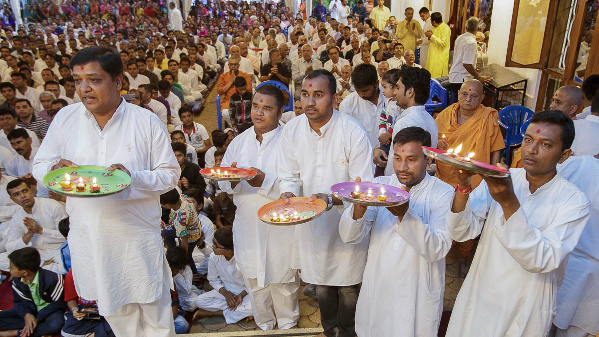 Devotees perform arti, 9 Apr 2017