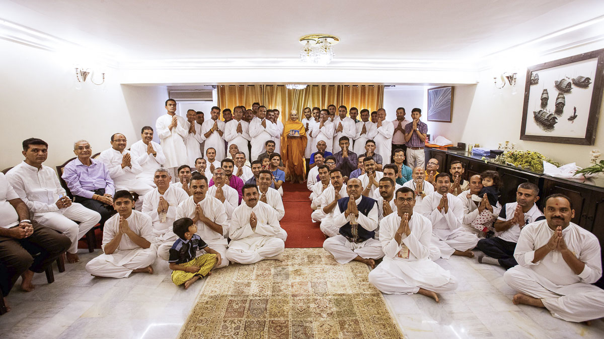 Devotees with Swamishri, 9 Apr 2017