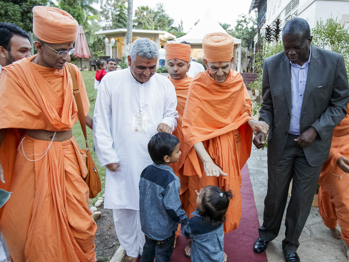 Swamishri blesses children, 9 Apr 2017