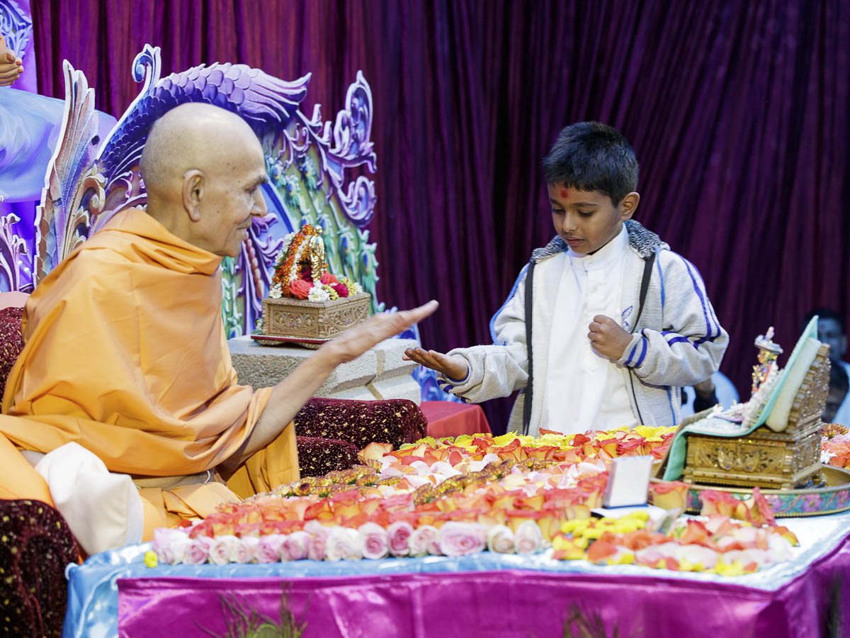 Swamishri blesses a child, 10 Apr 2017