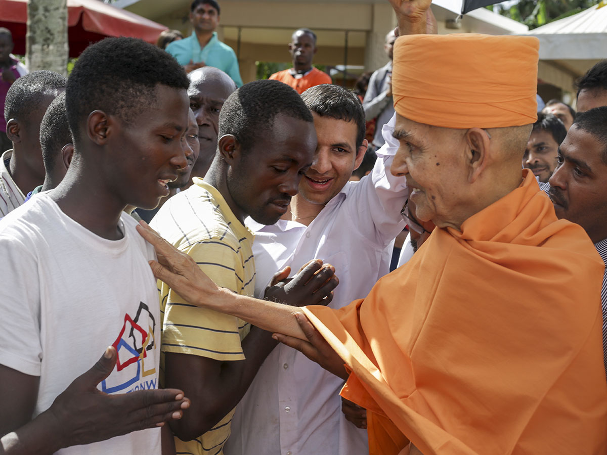 Swamishri blesses local youths, 10 Apr 2017