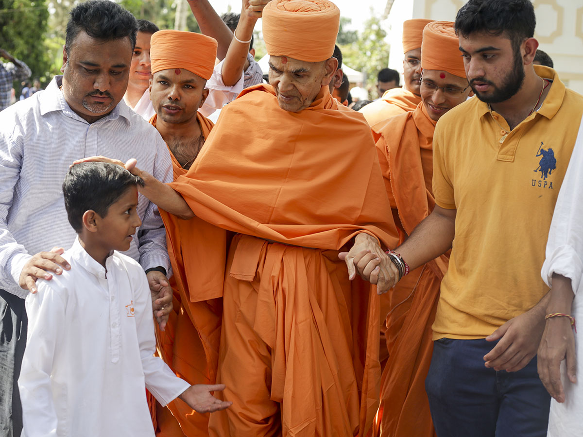 Swamishri departs from Kampala, 10 Apr 2017