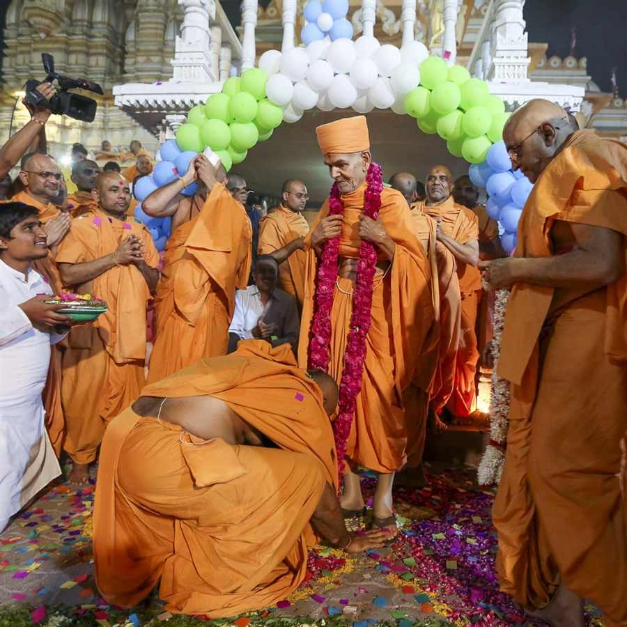 Swamishri welcomed with a garland, 14 Apr 2017