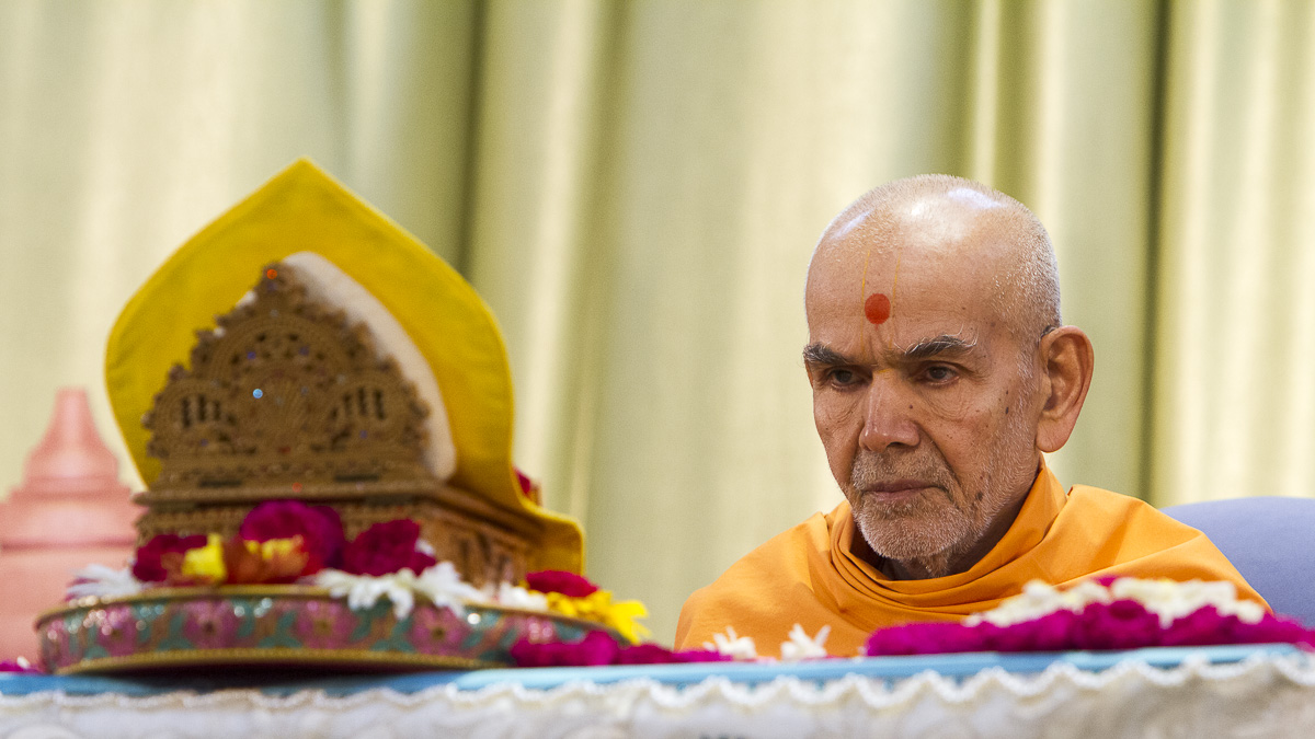 Param Pujya Mahant Swami Maharaj performs his morning puja, 16 Apr 2017