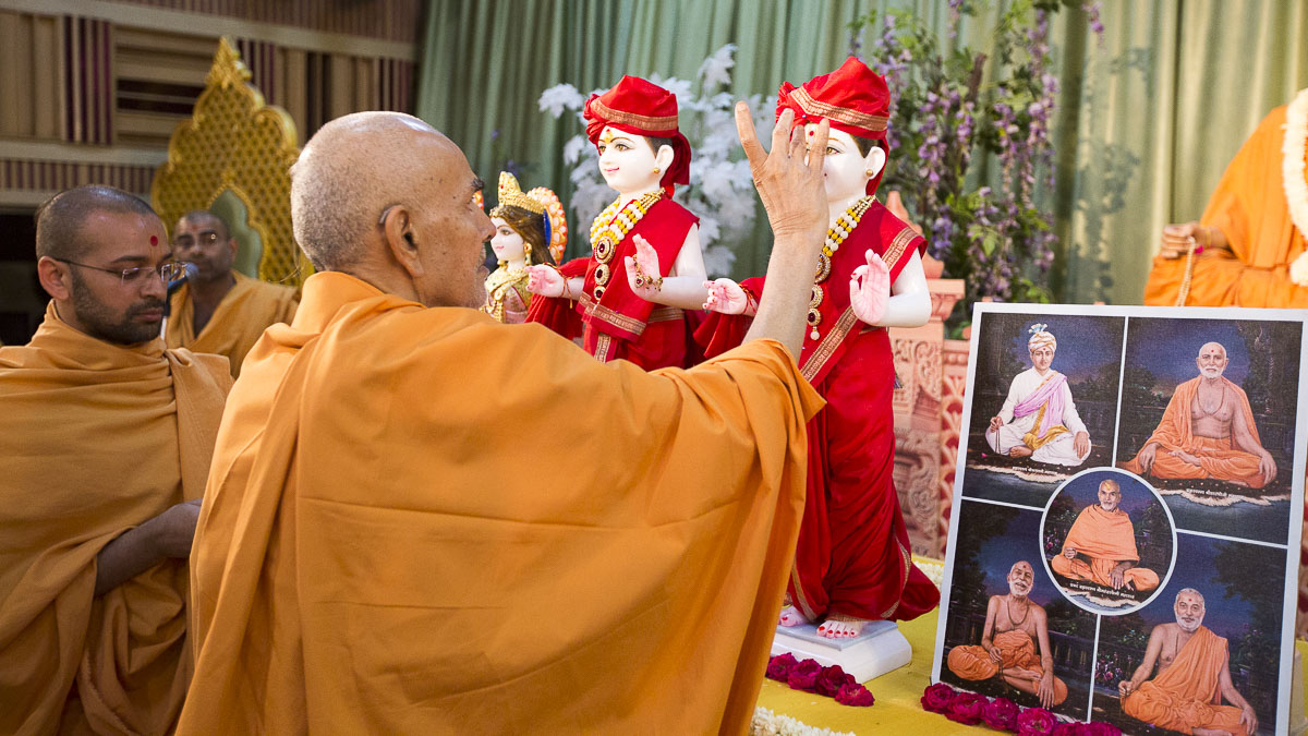 Swamishri performs pujan of the murtis, 16 Apr 2017