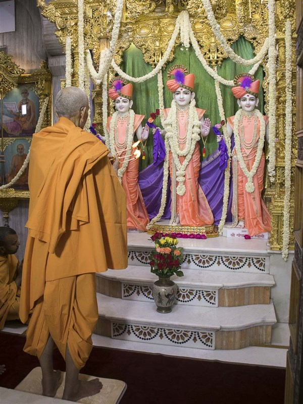 Swamishri performs shangar arti, 16 Apr 2017