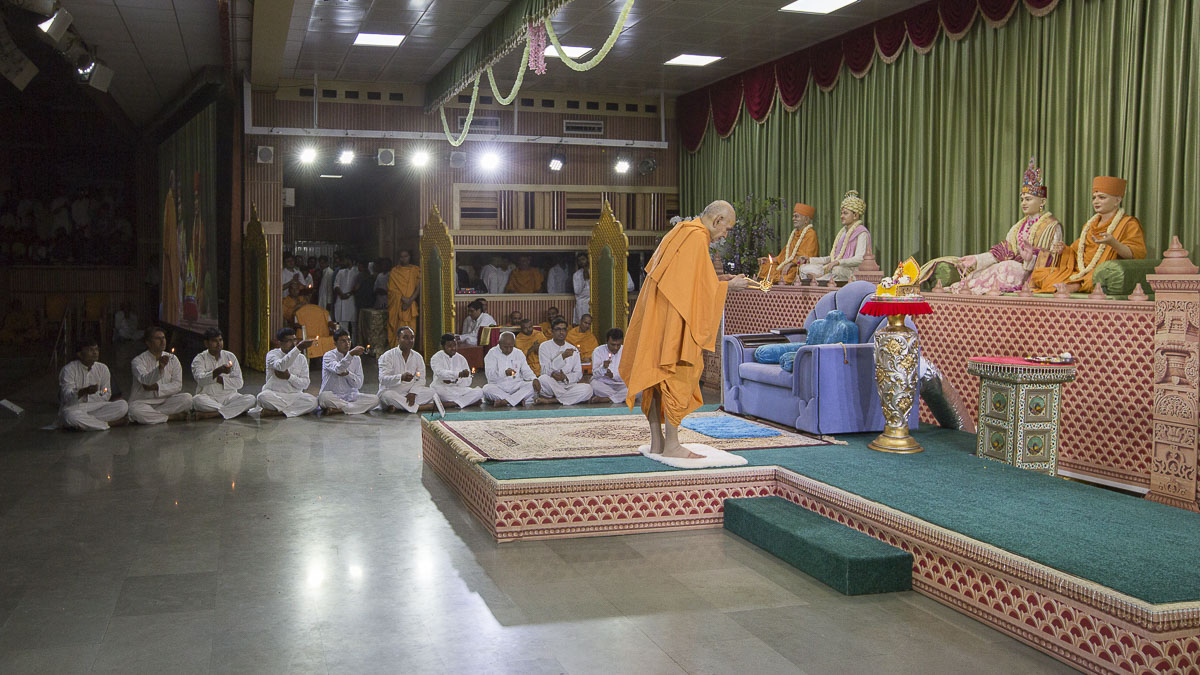 Swamishri performs evening arti, 16 Apr 2017