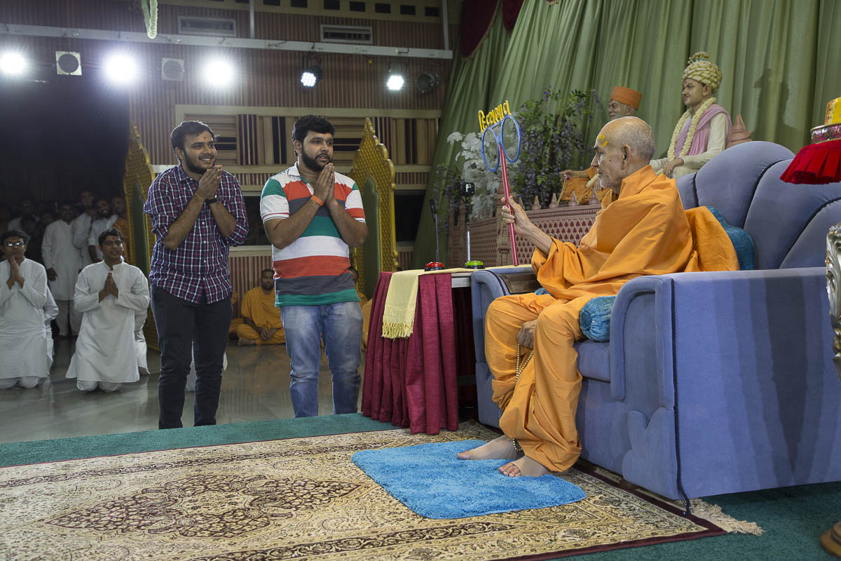 Swamishri interacts with youths, 16 Apr 2017