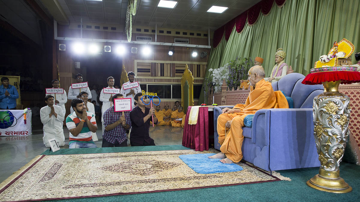 Swamishri participates in an activity, 16 Apr 2017