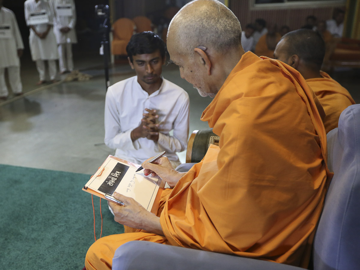 Swamishri participates in an activity, 17 Apr 2017