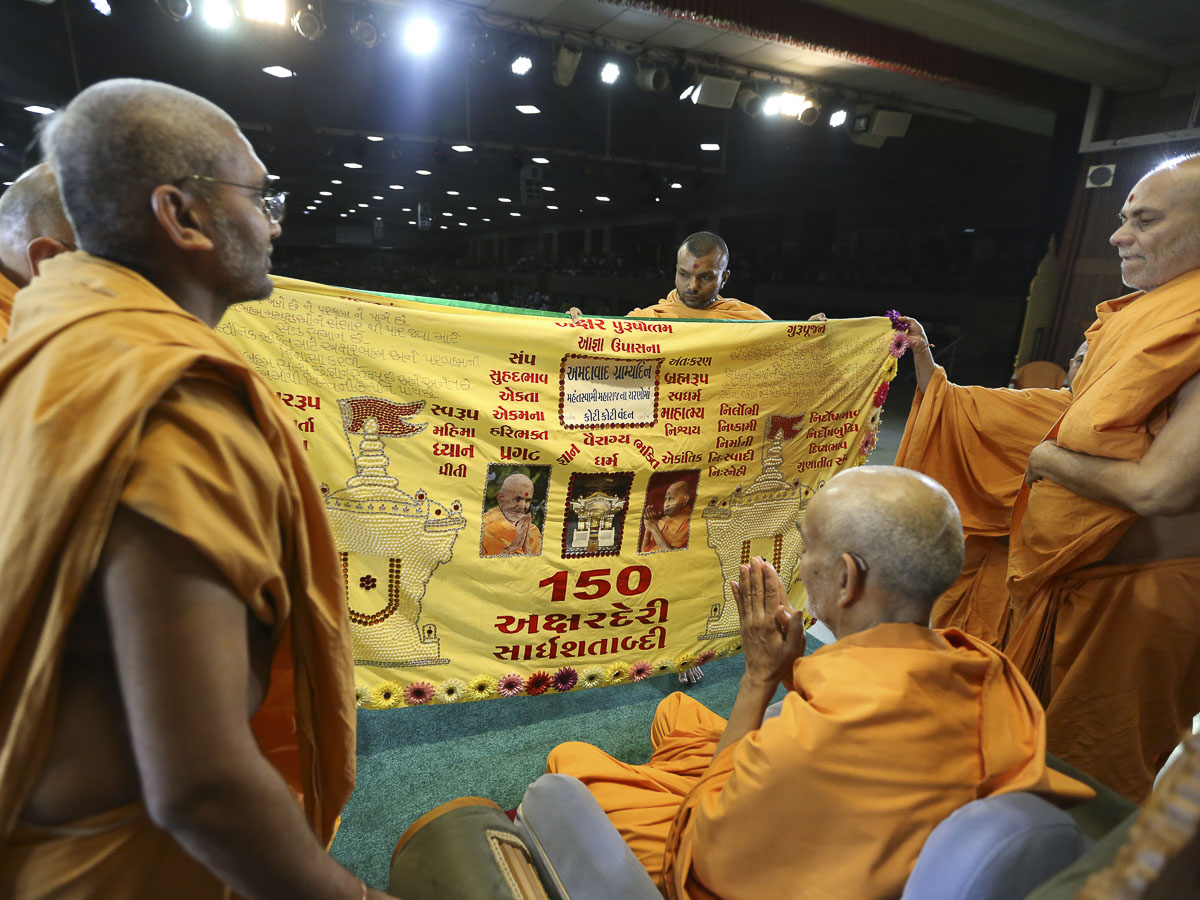 Swamishri sanctifies a shawl, 17 Apr 2017