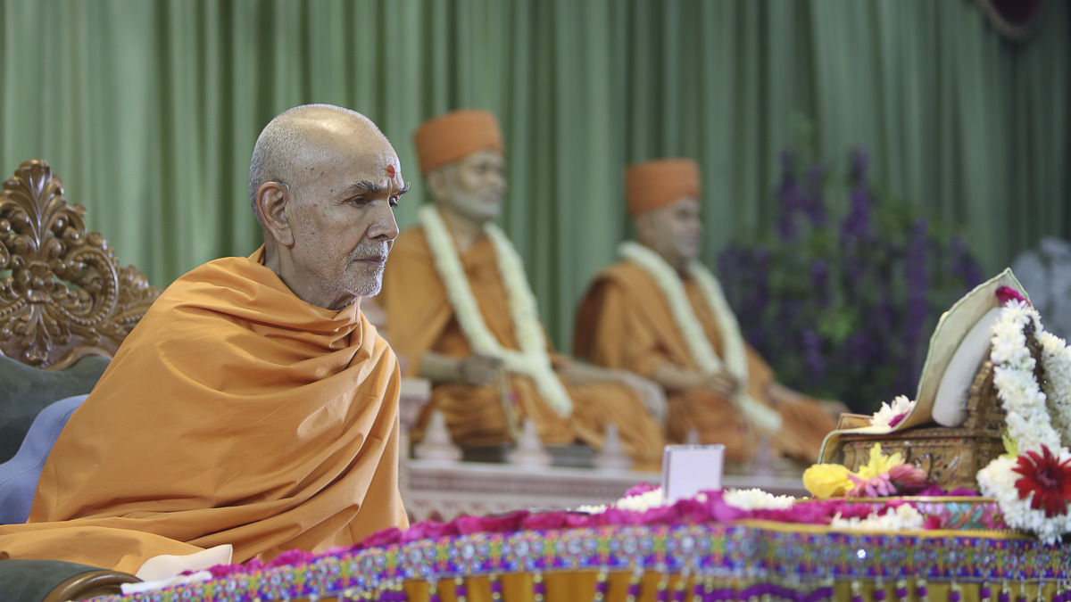 Param Pujya Mahant Swami Maharaj performs his morning puja, 18 Apr 2017