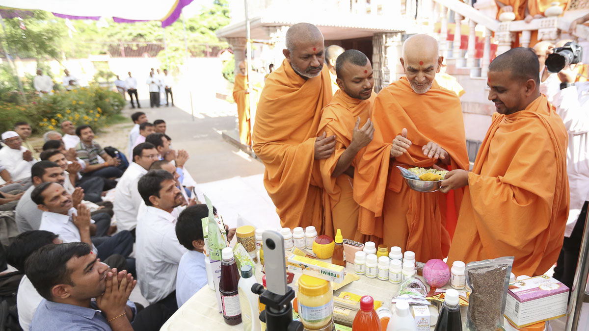 Swamishri sanctifies Amrut Herbal Care products, 18 Apr 2017