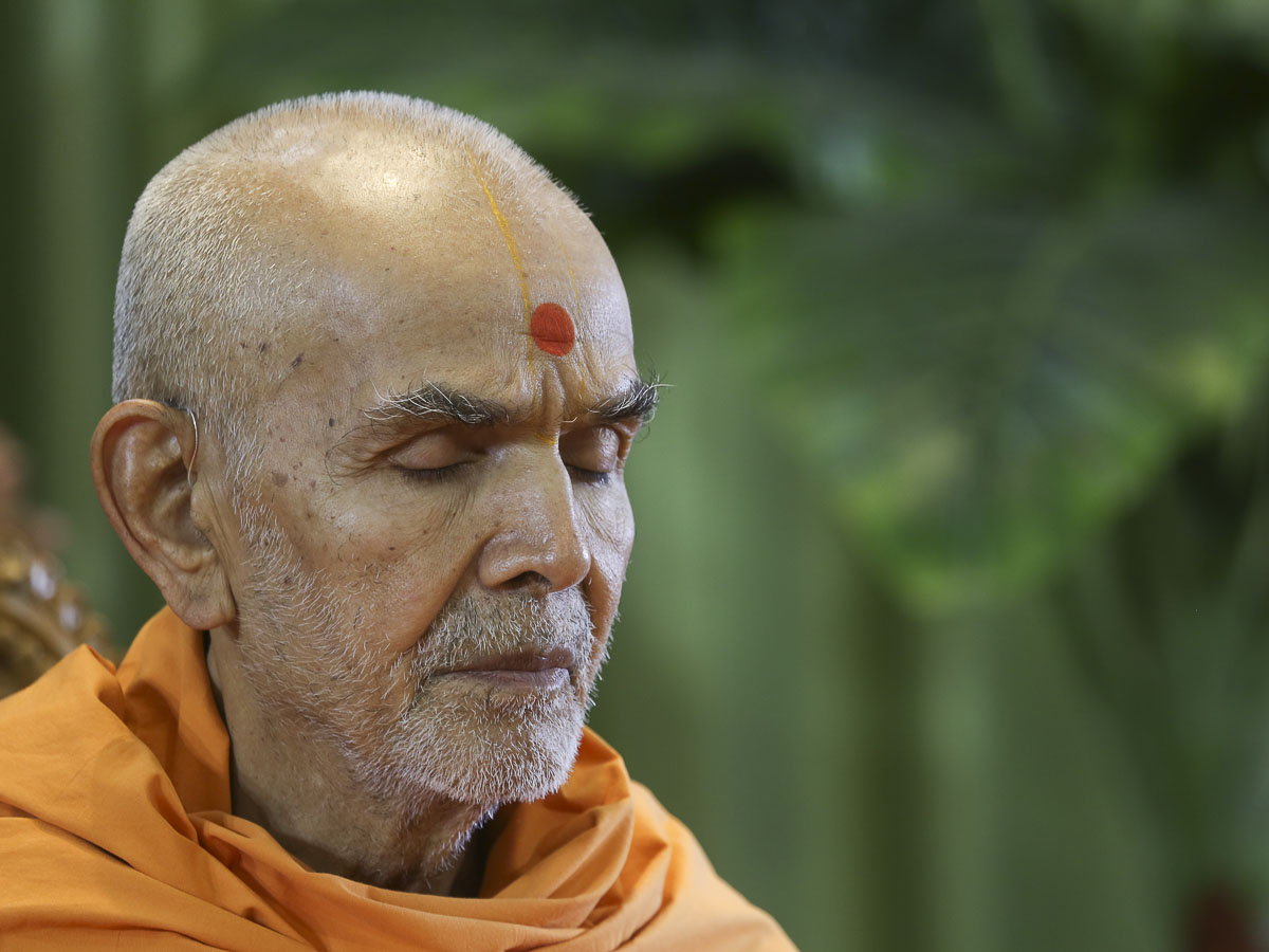 Param Pujya Mahant Swami Maharaj performs his morning puja, 19 Apr 2017