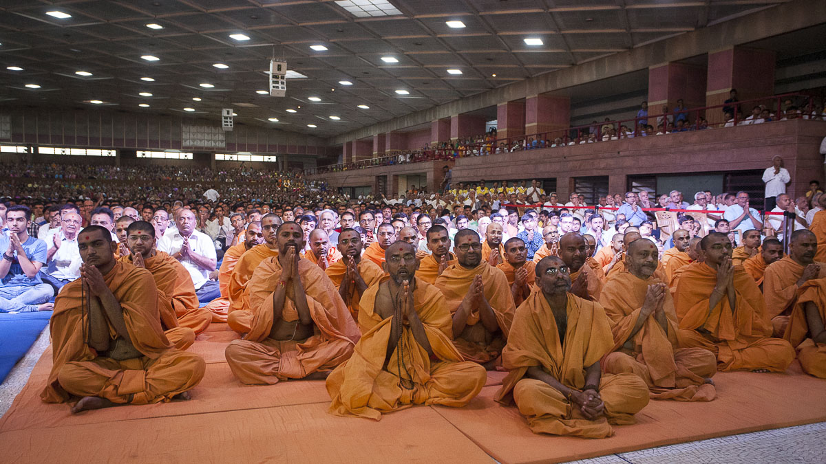 Sadhus and devotees doing Swamishri's puja darshan, 19 Apr 2017