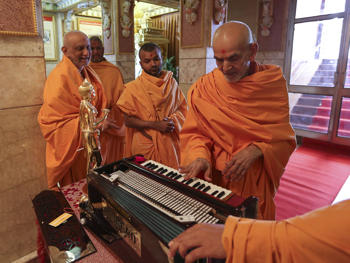 Swamishri sanctifies a harmonium, 19 Apr 2017