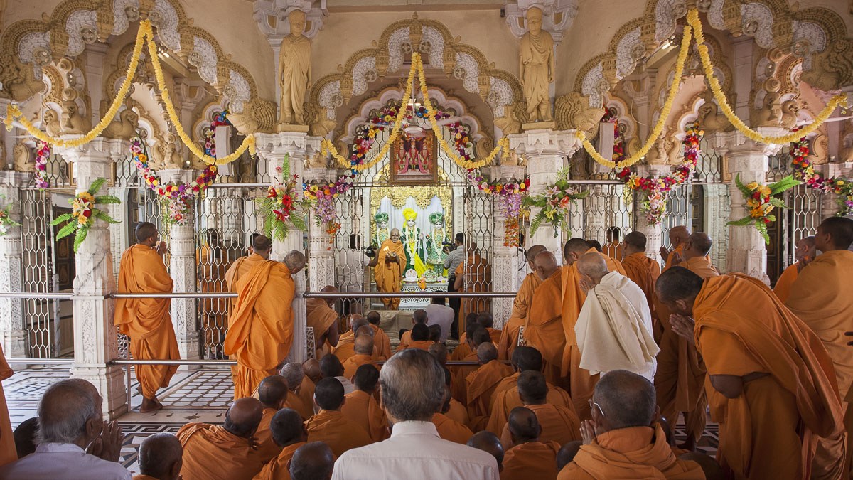 Swamishri performs shangar arti, 19 Apr 2017