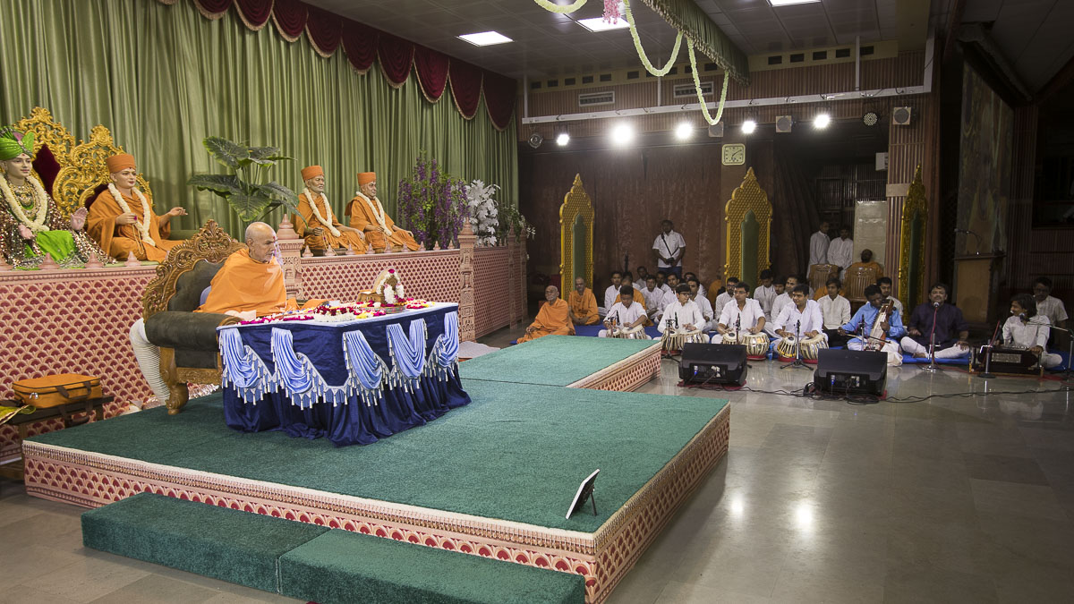 Param Pujya Mahant Swami Maharaj performs his morning puja, 20 Apr 2017