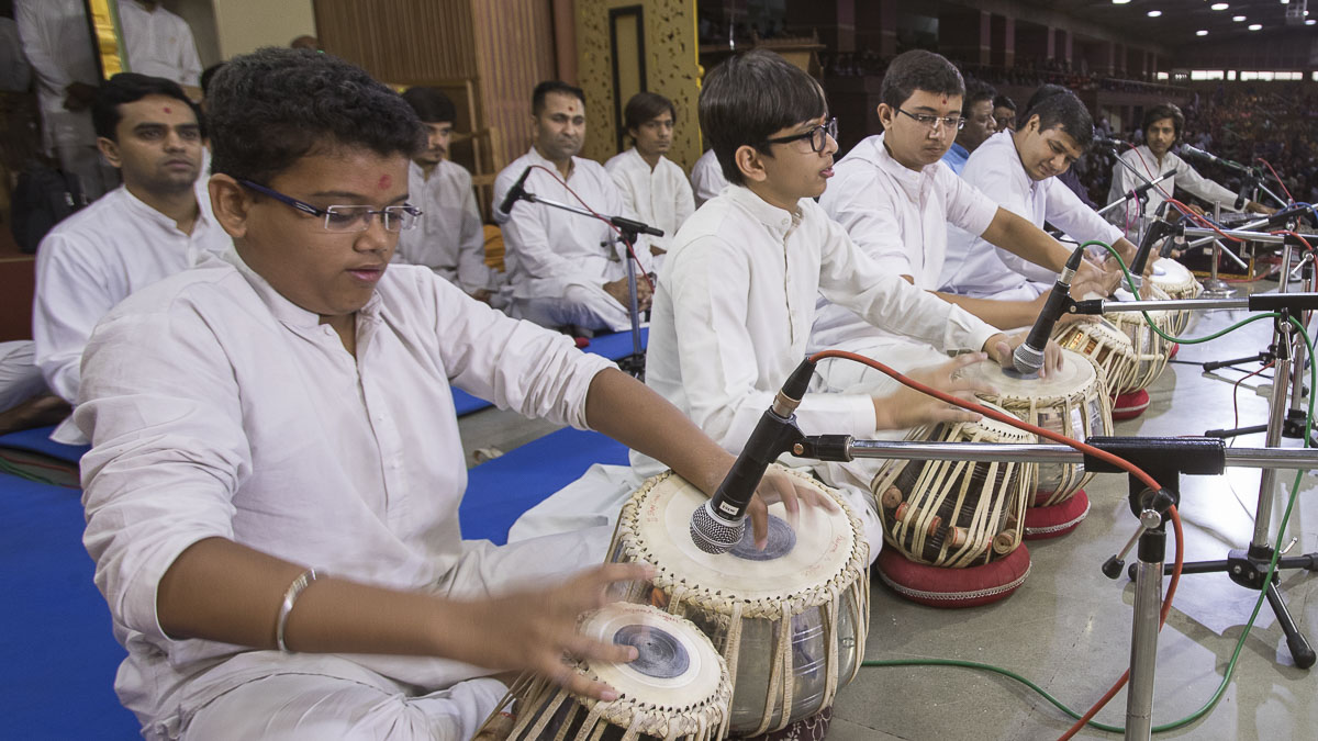Youths play tablas in Swamishri's puja, 20 Apr 2017