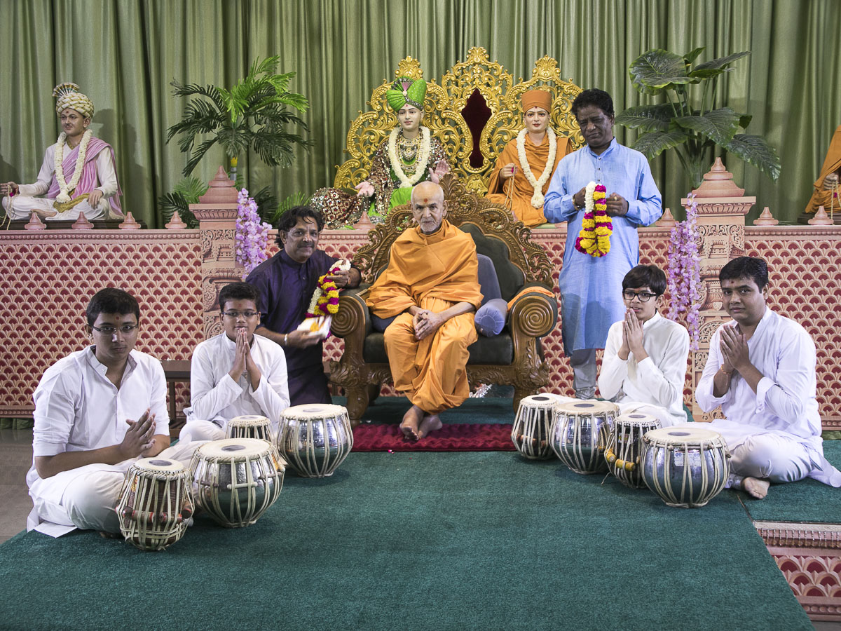 Swamishri blesses youths, 20 Apr 2017
